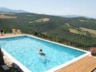 Il piacere di un bagno rinfrescante con vista sulla Valdorcia